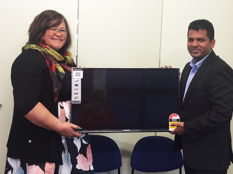 Principal Rosina Wikaira receives a television from Viky Narayan, Regional Manager South and East Auckland.